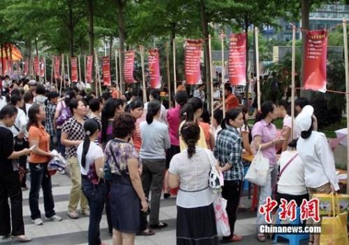 资料图:2011年5月8日母亲节,广西南宁市有关单位联合主办母亲专场招聘会。 黄艳梅摄