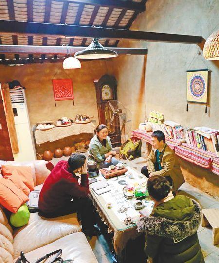 游客在具海南本地特色的客栈里。海南日报记者陈元才摄
