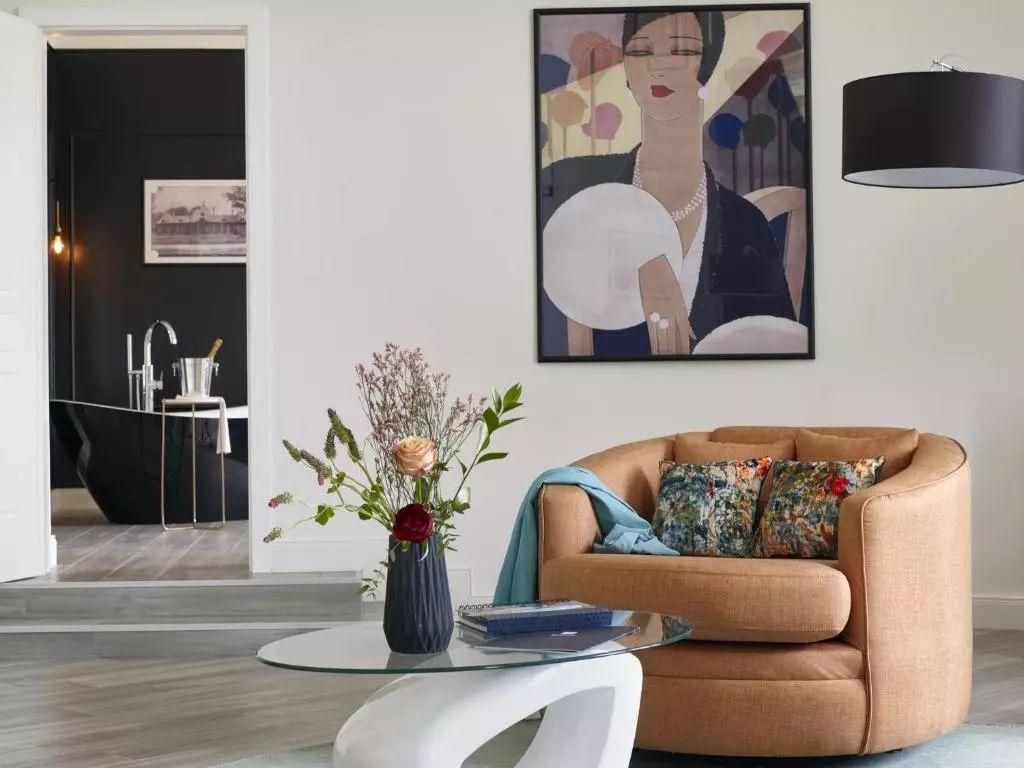 酒店酒店拥有时尚的室内设计,结合了宽敞的布局和现代化舒适设施,洗浴图片