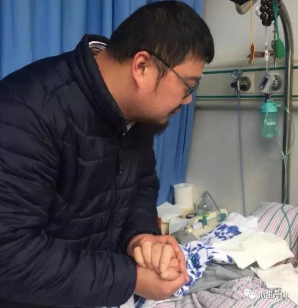 浙江男子辞去几十万年薪工作 蓄须明志照顾脑出血父亲