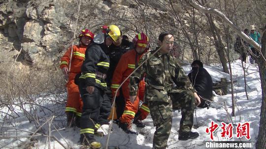 消防官兵找到被困男子李鹏摄