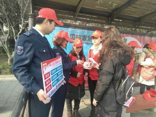 (青岛公交集团用图)公交志愿者走上站头为乘客提供兑换零钱服务