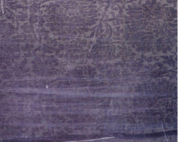 这幅画的一个更为有力的佐证,是它所描绘的这种薄纱罗女服真的在福建南宋黄升墓中出土了实物,惊人的是,出土实物在形式上竟与宋画中所绘毫厘不爽,说明宋代画家不是在随意乱画,而文学家们的描写也并非呓语,都是对客观现实的忠实反映。尤其值得一提的是,这些薄纱罗女服中,有几件袖子异常宽大,而且饰有贴金襟边,十分华美讲究,这就是宋代所谓的大袖大衣,是宋代女子最正式的大礼服。可见,宋代女性即使在正式场合,在见宾客的时候,也习惯于穿隐露肩臂的薄纱罗礼服,并没有明清时代那样严格的身体禁忌。这恐怕要出乎许多人的意外,也说明