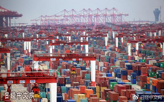 堆满货物的上海港(资料图)