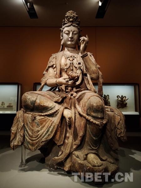 图为彩绘木雕观音菩萨坐像.