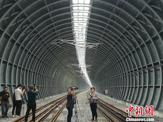 全球首例高速铁路拱形全封闭声屏障即将启用郭军摄