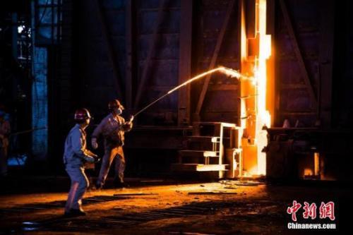 资料图:钢铁炼制工人正在工作。 李南轩摄