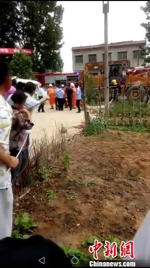 河南方城县大货车与小轿车相撞致6人死亡(图)