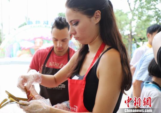 端午节临近外国友人广东学包粽子