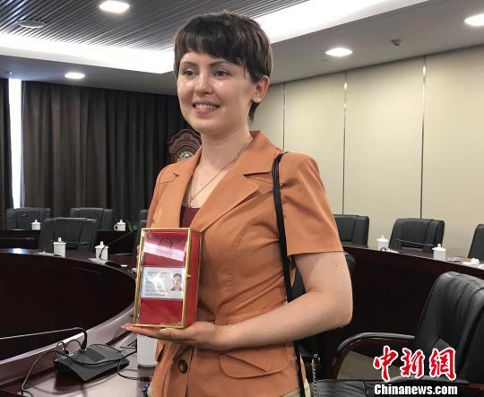 鲁艾佳向记者展示她的外国人永久居留身份证。 张斌摄