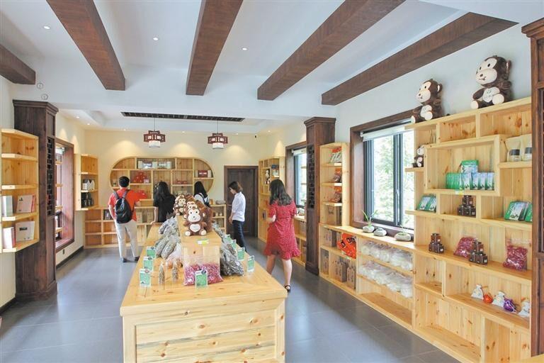 游客可以买到宝山村的各类特产