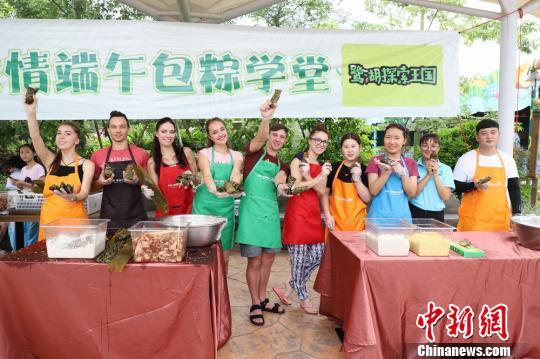 参加此次端午包粽子学堂活动的外国友人一起合影李星凯摄