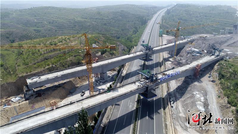 京张高铁崇礼支线首个左右线连续梁桥同时合拢