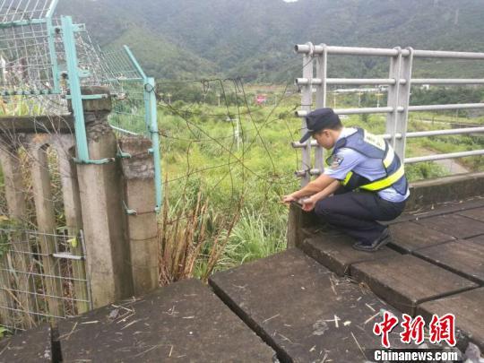 图为宁德火车站派出所民警检查发现宁德站受损设施并进行清理。程曦摄