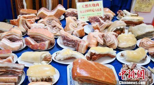 图为展出的肉形石。 刘薛梅摄