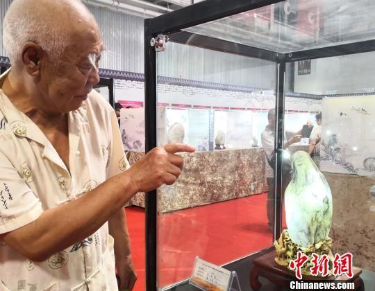 8月9日,2018中国(兰州)丝绸之路国际赏石文化节暨第11届中国(兰州)艺术品收藏博览会在甘肃国际会展中心开幕。图为展出的黄河石《白石老人》。 刘薛梅摄