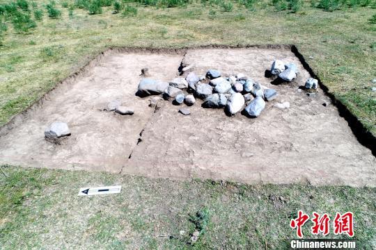 墓葬区域地表石堆。陕西省考古研究院供图