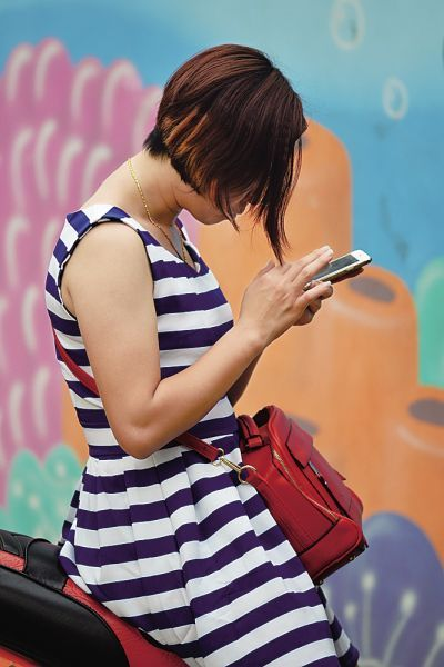 现在,由于智能手机的普及,低头玩手机的人满大街都是。南国都市报记者陈卫东摄