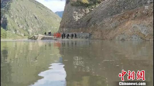 图为堰塞湖已淹没部分道路,消防队员在勘察灾情。西藏消防总队供图