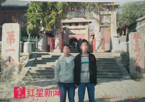 ▲武汝元2007年11月在泰山和同学邱某拍摄的照片受访者供图