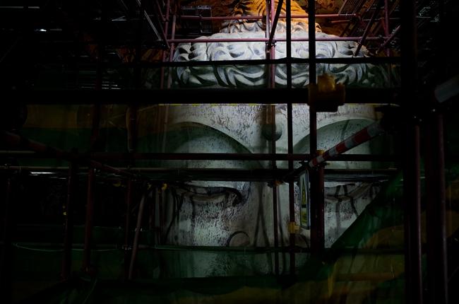 风沙、洪水、鸟兽、颜料与土质的变化、人为因素等严重影响着莫高窟的壁画与雕塑,即便是130窟的大佛也不能幸免。