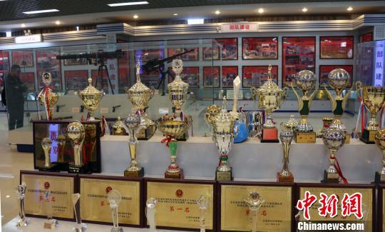 云南省公安边防总队历史展馆内的奖杯。 任海霞摄