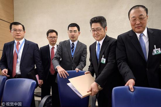 外交部副部长乐玉成(右二)、外交部部长助理张军(右一)参加审议图片来自视觉中国