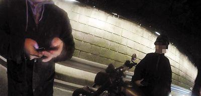 情侣摩托兜风玩浪漫小伙被扣19分罚900元驾照被扣