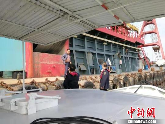 对施工船舶进行安全提醒祝溥程摄