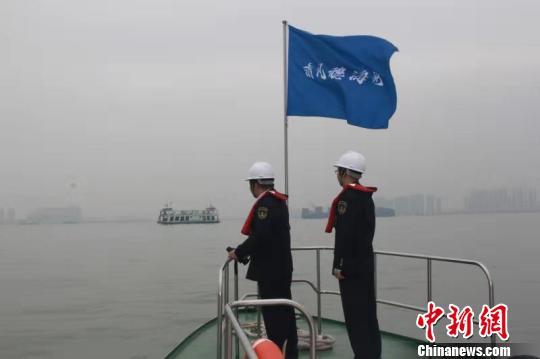 巡航珠江口重点水域,提醒船舶组好寒潮大风天气安全措施祝溥程摄