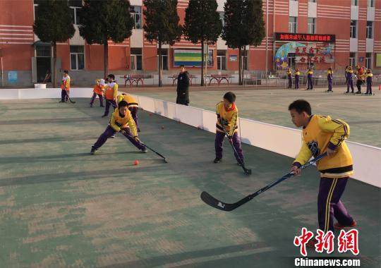 资料图:北京市中小学校开展冰雪运动。 杜燕摄