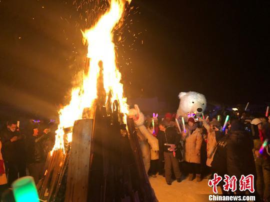 新疆阿勒泰冬季旅游热游客篝火跨年