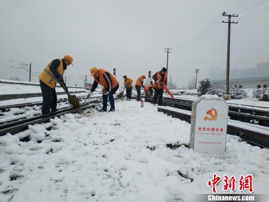 南京东车辆段货车检车员风雪里按标作业,坚守岗位保障运输安全。(刘寅摄)