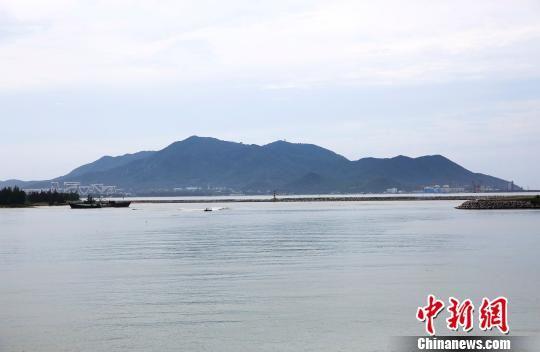 崖州湾是目前三亚最后一片尚未规模开发的湾区。 王晓斌摄