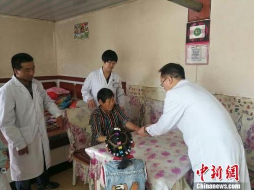 图为甘肃山丹县家庭医生上门为居民开展健康服务。 魏玲摄
