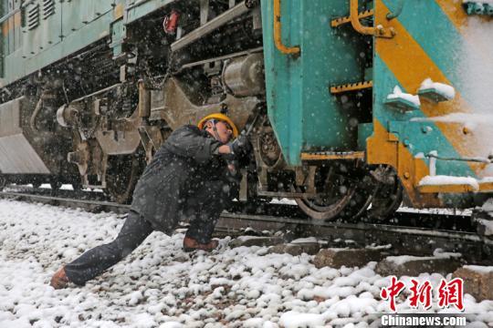 """皖苏铁路职工浴""""雪""""奋战保畅通"""