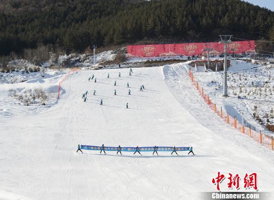 图为滑雪场开幕式表演。 南如卓玛摄