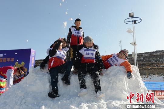 图为小孩子在现场玩雪嬉戏。 南如卓玛摄