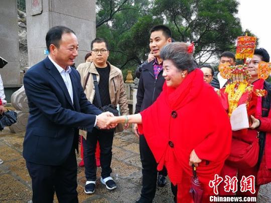湄洲妈祖祖庙副董事长庄美华迎接新加坡万天府一行。 朱晨莹摄