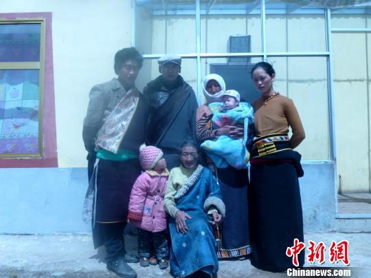 图为拉本加和家人在一起。 钟欣摄