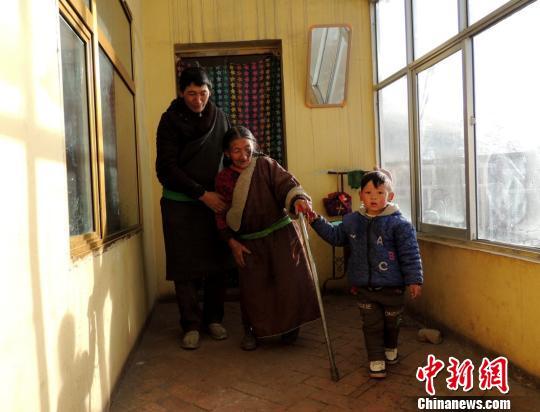 """藏族""""活雷锋""""拉本加赡养孤寡老人20年"""