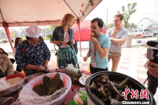 14位外国友人走进浙江桐乡感受清明传统民俗