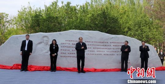李保国纪念石落成仪式在河北农业大学西校区广场举行。 徐巧明摄