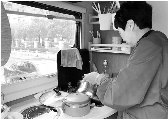 平时,妈妈和奶奶轮流给孩子做饭。
