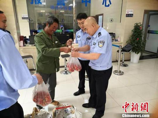 浙江衢州派出所里卖起草莓只因头发斑白老人收到假币