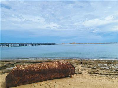 5月29日,从红塘湾沙滩上眺望填海而成的三亚新机场临空产业园雏形。