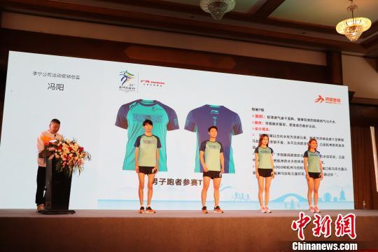 由李宁团队设计的运动员服装曾秋悦摄