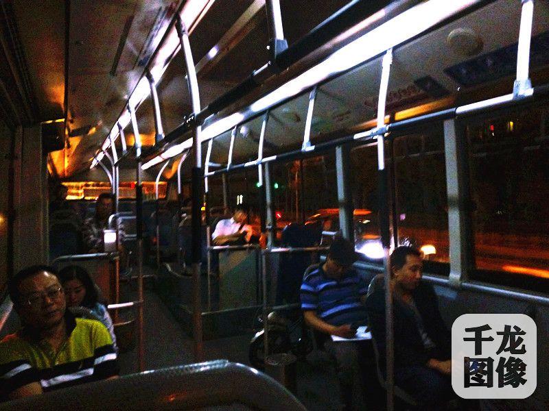 凌晨一点夜20内上的一些乘客已经睡着了查甜甜摄