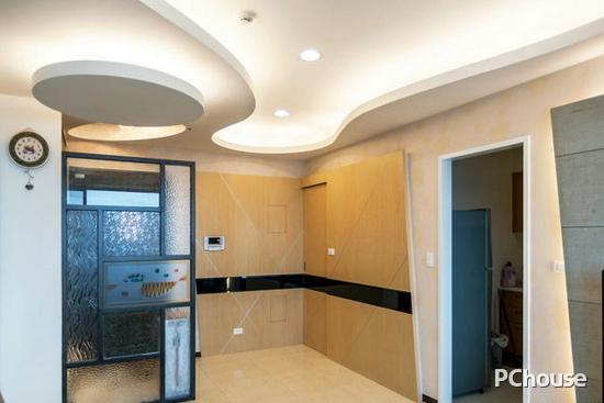 欧式屏风隔断效果图 欧式屏风隔断效果图6 入户门客厅安装印花玻璃屏风隔断设计装修,一物两用既保证隔断效果,也带来装修后的时尚潮流感。墙面及地面选用淡淡的橘黄色装修,整体效果鲜明,现代化装修感极佳。