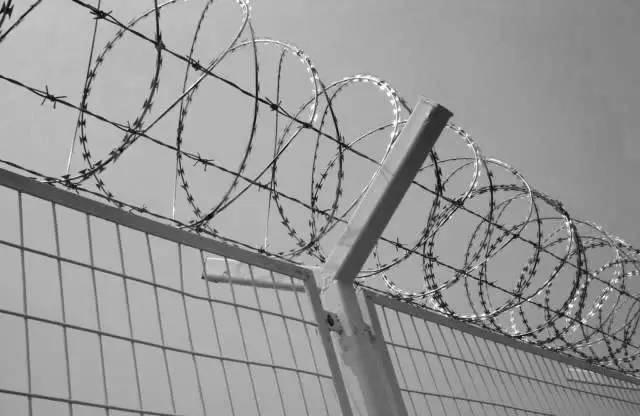 据知情人士透露,黎东明一案尚在审理阶段,黎东明控制的企业龙泉矿冶总厂就与英山监狱搭上了关系。后来,龙泉厂捐资数万元,帮监狱建起一座图书馆。